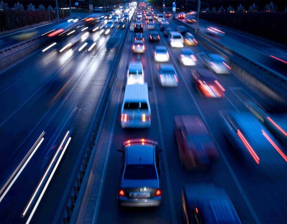 Schnellfahrende Autos auf Autobahn