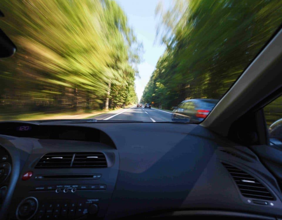 Sicht aus Auto - Umgebung ist verschwommen