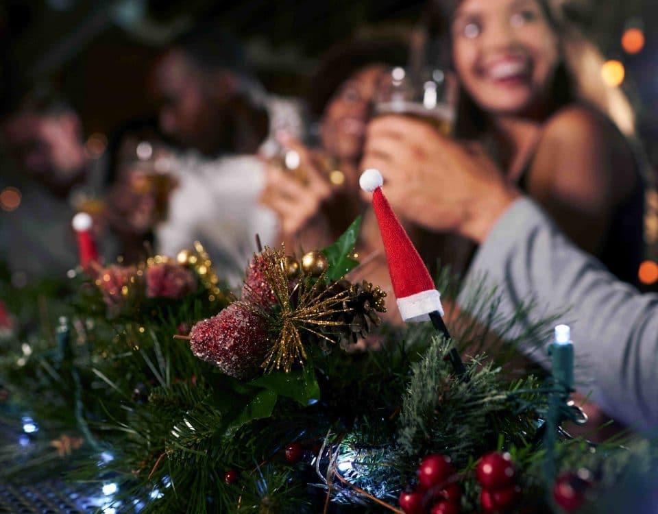 Leute stoßen zu Weihnachten mit Alkohol an