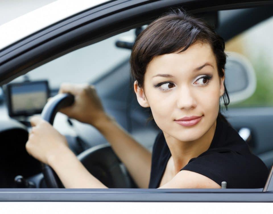 Frau blickt aus Auto