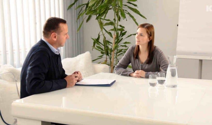 Teilnehmerin einer verkehrspsychologischen Untersuchung im Gespräch mit dem Psychologen.