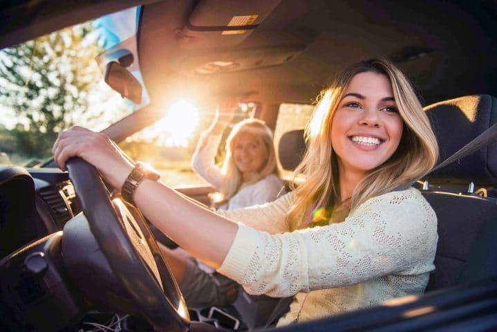 Junge Frau muss im Urlaub auf Verkehrsregeln im Ausland acht geben.