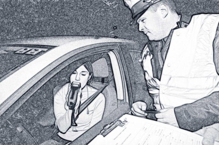 Junge Frau macht bei Polizeikontrolle einen Alkoholtest.