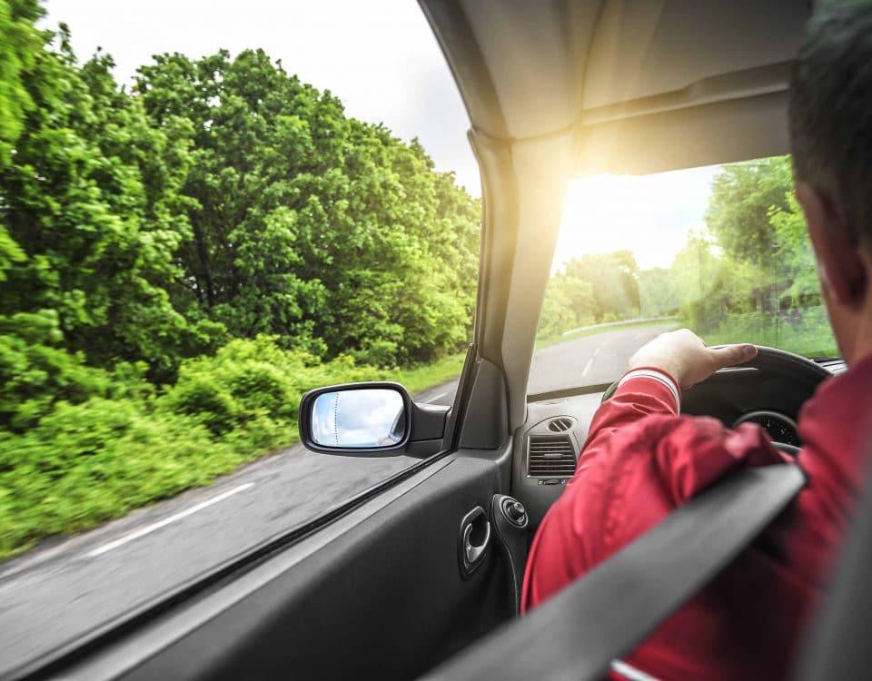 Mann fährt ohne Führerschein im Auto.
