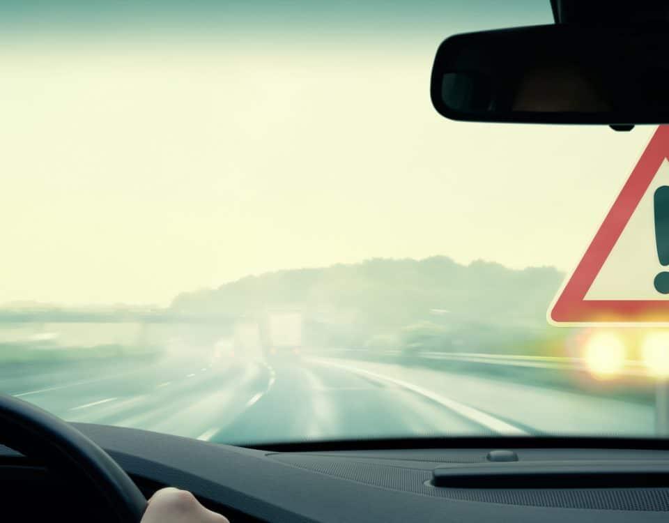 Nicht angepasste Geschwindigkeit birgt eine große Fahr für alle Verkehrsteilnehmer:innen.