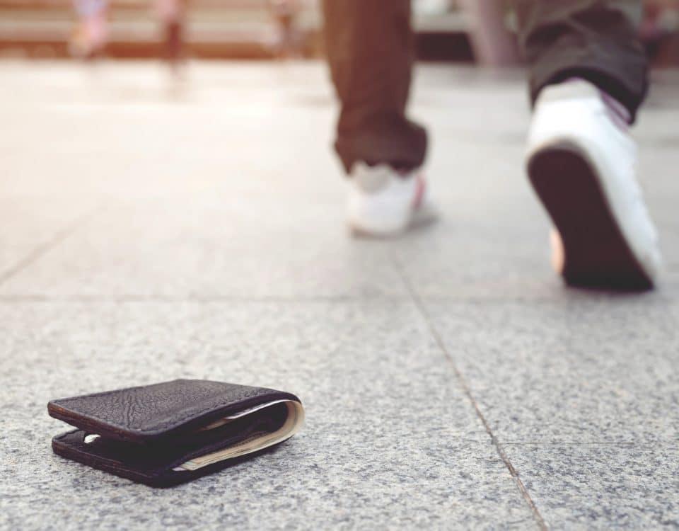 Eine verloren gegangene Brieftasche liegt auf der Straße.