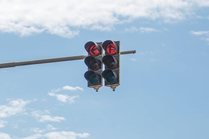 Rote Ampel über einer Kreuzung