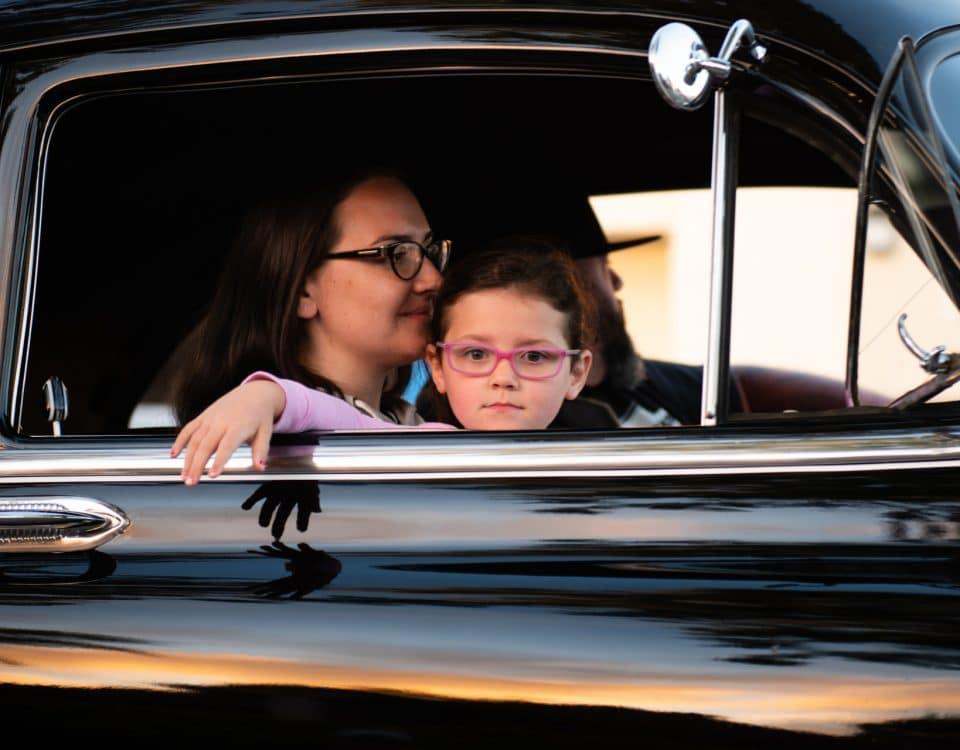 Ein ungesichertes Kind sitzt im Auto